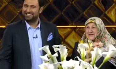 گرفتن تندیس بهترین خواننده مردمی علیزاده از دست مادرش